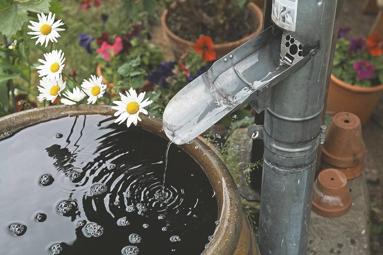 Zbiornik na deszczówkę podłączony do rynny